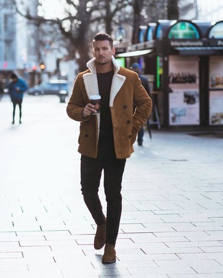 How to wear: brown suede chelsea boots, black skinny jeans, black crew-neck sweater, tobacco shearling jacket