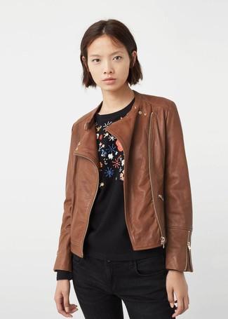 How to wear: black skinny jeans, black floral crew-neck sweater, brown leather biker jacket