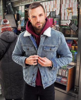 How to wear: black skinny jeans, burgundy hoodie, blue denim jacket
