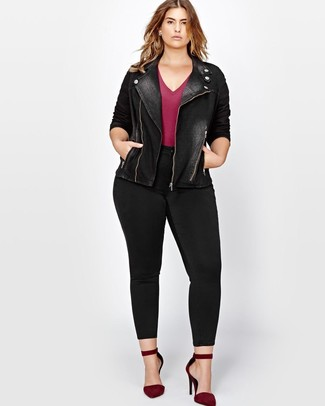 How to wear: burgundy suede pumps, black skinny jeans, burgundy v-neck t-shirt, black denim biker jacket