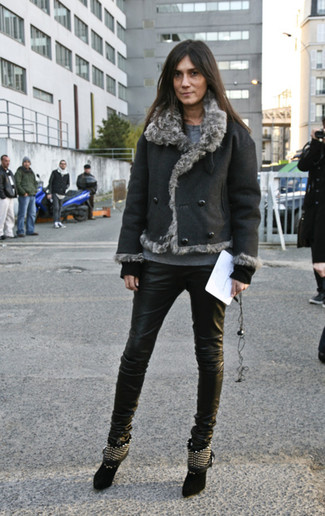 How to wear: black studded suede ankle boots, black leather skinny jeans, grey crew-neck sweater, black shearling jacket