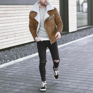 How to wear: black and white low top sneakers, black ripped skinny jeans, grey crew-neck sweater, brown shearling jacket