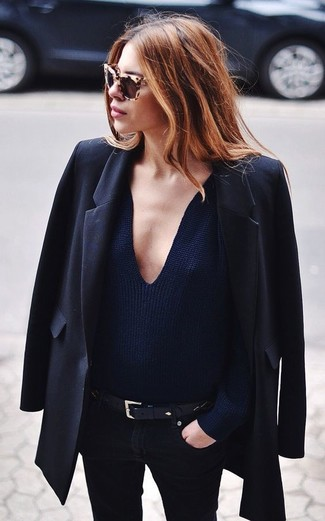 How to wear: black leather belt, black skinny jeans, navy v-neck sweater, black blazer