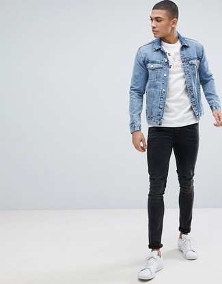 How to wear: white leather low top sneakers, black skinny jeans, white and red print crew-neck t-shirt, light blue denim jacket