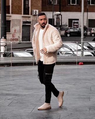 How to wear: beige suede chelsea boots, black skinny jeans, white crew-neck sweater, beige fleece bomber jacket
