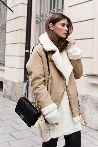 How to Wear a Beige Shearling Jacket For Women: If you're looking for a casual but also seriously stylish getup, consider teaming a beige shearling jacket with black skinny jeans.