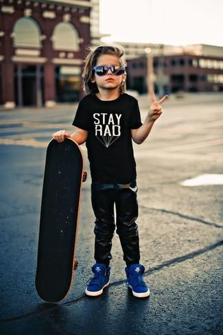 How to wear: black t-shirt, black sweatpants, blue sneakers