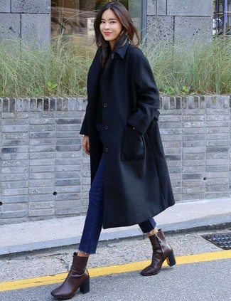 How to wear: black trenchcoat, black crew-neck sweater, navy skinny jeans, dark brown leather ankle boots