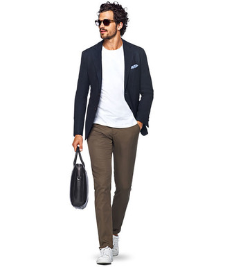 How to wear: navy blazer, white crew-neck t-shirt, brown chinos, white leather low top sneakers