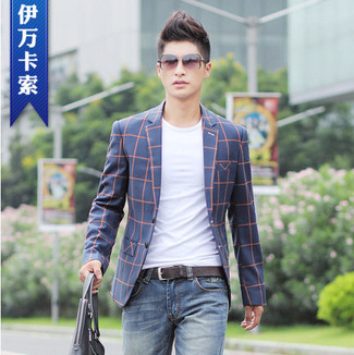 Who said you can't make a style statement with a casual getup? Draw the attention in a navy tartan blazer jacket and blue jeans. This getup is also perfect if you're looking for hot weather wear to get through a tedious day in the office.