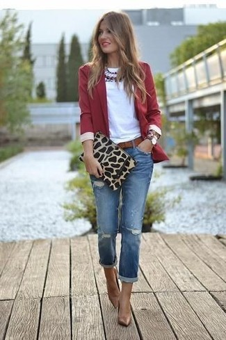 This combo of a red blazer and blue ripped jeans epitomizes comfort and effortless style. Add brown leather pumps to your outfit for an instant style upgrade. Warmer days call for cooler ensembles like this one.