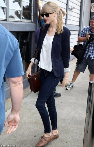 Taylor Swift wearing Navy Blazer, White Crew-neck T-shirt, Navy Skinny Jeans, Brown Leather Oxford Shoes