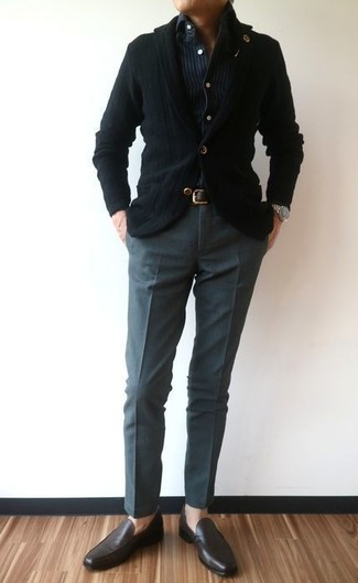 This combination of a black knit blazer and charcoal dress pants oozes masculinity and refined elegance. Dark brown leather loafers will add some edge to an otherwise classic look. We're loving that this combination is ideal come summertime.