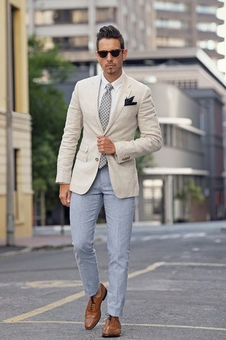 You'll be amazed at how easy it is to put together this outfit. Just a beige blazer matched with a Nordstrom Shop Silk Pocket Square. For something more on the daring side to finish off this ensemble, choose a pair of brown leather brogues. Needless to say, it's easier to work through a warm weather afternoon in a summery getup like this.
