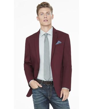 How to wear: burgundy blazer, grey dress shirt, navy jeans, grey tie