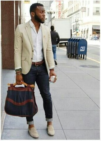 How to wear: beige blazer, white dress shirt, black skinny jeans, beige suede loafers