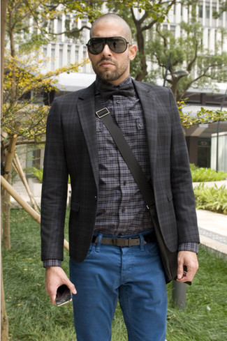 Go for a dark grey check suit jacket and blue jeans for a comfortable outfit that's also put together nicely. As this getup clearly illustrates, you can't think of a better pick for warm weather.