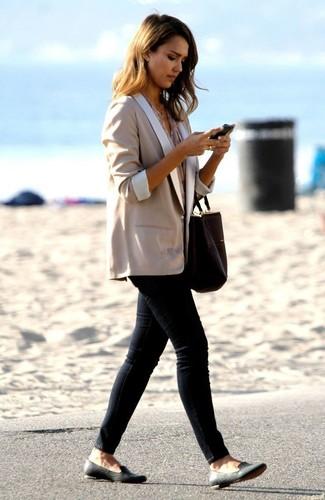 How to wear: beige blazer, beige short sleeve blouse, black skinny jeans, black leather loafers