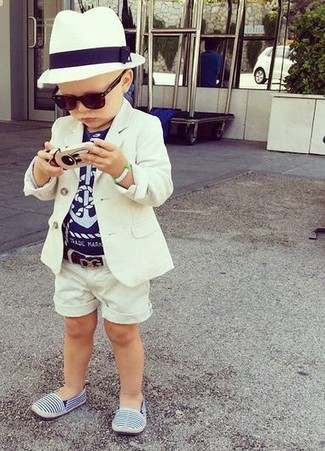 How to wear: white blazer, navy t-shirt, white shorts, blue sneakers