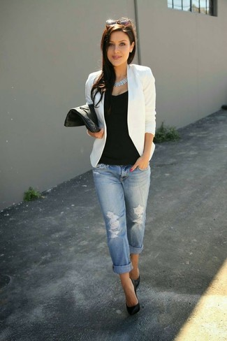 A white blazer jacket and light blue destroyed boyfriend jeans are both versatile essentials that will give your outfits a subtle modification. Let's make a bit more effort now and opt for a pair of black leather pumps.