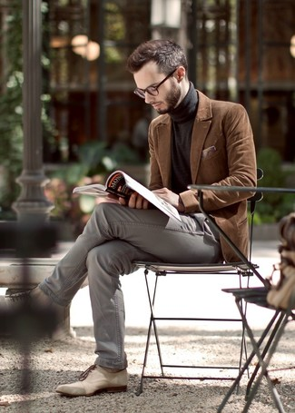 A velvet suit jacket and grey chino pants are a great combination that will earn you the proper amount of attention. Polish off the ensemble with beige leather oxford shoes.