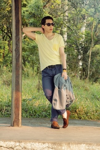 How to wear: grey cotton blazer, yellow v-neck t-shirt, navy chinos, brown suede driving shoes