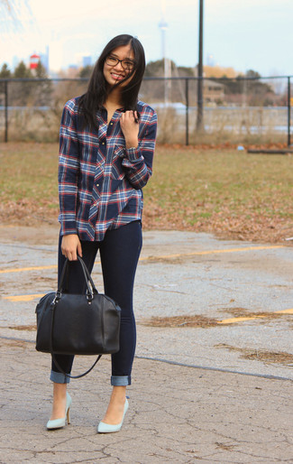 How to wear: blue plaid dress shirt, navy skinny jeans, light blue leather pumps, black leather duffle bag
