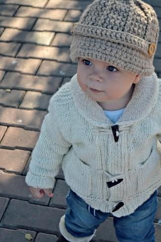 How to wear: beige beanie, blue jeans, light blue t-shirt, beige cardigan