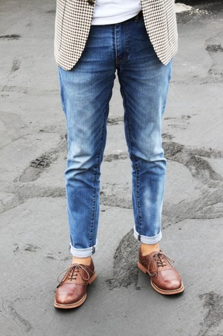 How to wear: tobacco leather oxford shoes, blue jeans, white crew-neck t-shirt, beige gingham blazer