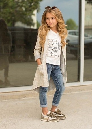 How to wear: beige sneakers, blue jeans, white print t-shirt, beige cardigan