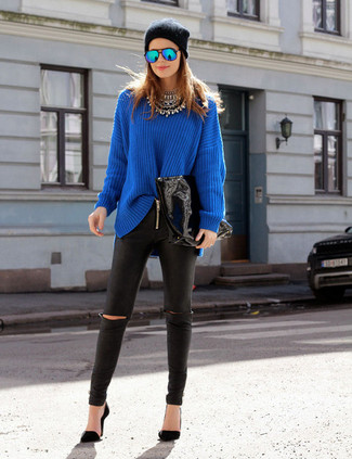 How to wear: blue oversized sweater, black leather leggings, black pumps, black beanie