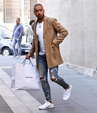 How to wear: white leather low top sneakers, blue ripped skinny jeans, white crew-neck t-shirt, camel overcoat