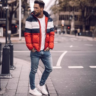 How to wear: white leather low top sneakers, blue skinny jeans, white crew-neck t-shirt, white and red and navy puffer jacket