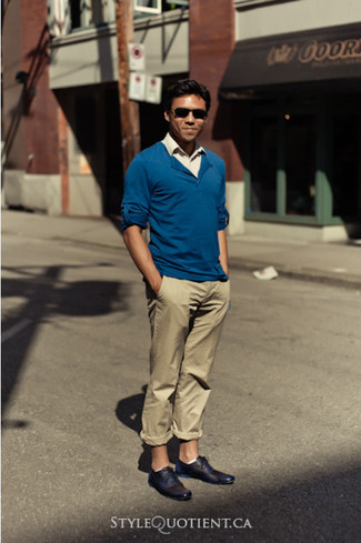 Go for a blue v-neck pullover and camel chinos for a Sunday lunch with friends. Got bored with this outfit? Enter black leather oxford shoes to change things up a bit. A neat look that will take you from summer to fall like this one makes it so easy to welcome the new season.