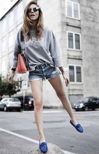 How to wear: red leather crossbody bag, navy canvas boat shoes, blue denim shorts, grey print sweatshirt
