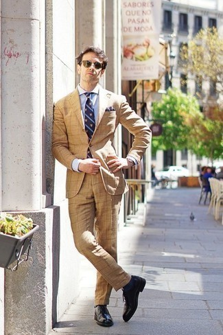 How to Wear Olive Sunglasses For Men: To create a casual look with a modernized spin, pair a tan suit with olive sunglasses. Give a more sophisticated twist to an otherwise simple look by slipping into black leather brogues.