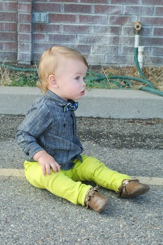 How to wear: blue bow-tie, brown desert boots, green-yellow jeans, grey long sleeve shirt