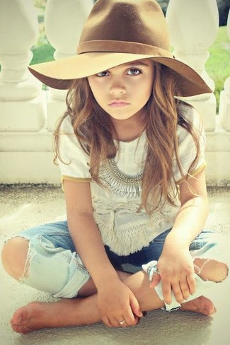 How to wear: brown hat, light blue jeans, white t-shirt