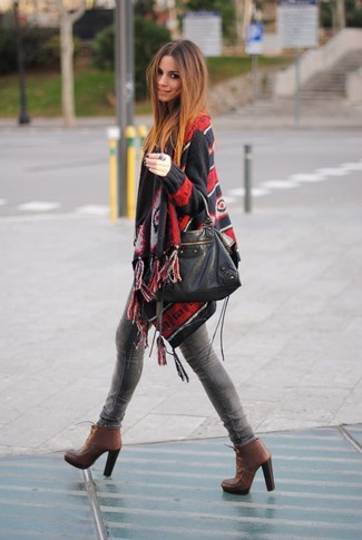 How to wear: black leather tote bag, brown leather lace-up ankle boots, grey skinny jeans, black print poncho