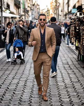 How to Wear a Navy Polka Dot Long Sleeve Shirt For Men: A navy polka dot long sleeve shirt and a brown suit? Make no mistake, this look will make ladies swoon. A pair of brown leather oxford shoes adds a classic aesthetic to the look.