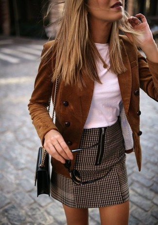 How to wear: black leather crossbody bag, brown houndstooth mini skirt, white crew-neck t-shirt, brown corduroy double breasted blazer