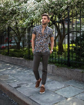 How to wear: brown suede low top sneakers, charcoal chinos, navy floral short sleeve shirt