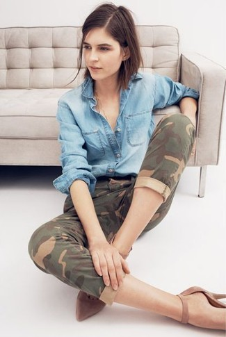 How to wear: brown suede pumps, olive camouflage jeans, light blue denim shirt