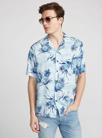 How to wear: brown sunglasses, light blue ripped jeans, light blue print short sleeve shirt