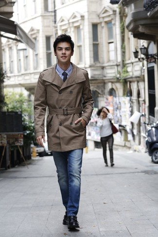 This combination of a trenchcoat and blue jeans will set you apart effortlessly. A pair of black leather double monks will bring a strong and masculine feel to any outfit. So when spring is in full effect, this outfit is likely to become your favorite.