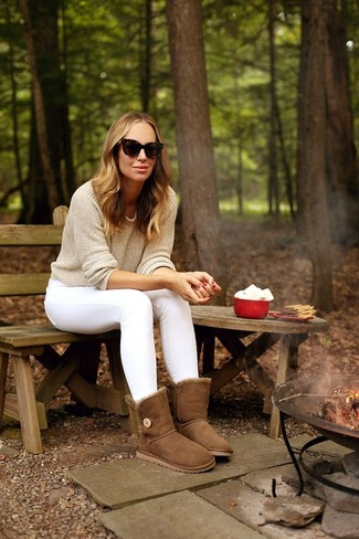 Women's Looks & Outfits: What To Wear In 2020: Go for a straightforward yet edgy and casual option by combining a beige crew-neck sweater and white skinny jeans. On the fence about how to finish? Introduce a pair of brown uggs to the equation for a more relaxed feel.