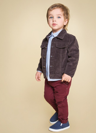 How to wear: navy sneakers, burgundy jeans, light blue long sleeve shirt, dark brown denim jacket