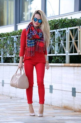 How to wear: red cable sweater, red skinny pants, beige leather pumps, beige leather tote bag