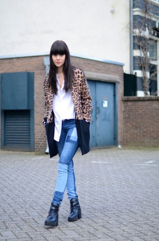 How to wear: camel leopard coat, white long sleeve t-shirt, blue geometric skinny jeans, black leather lace-up flat boots