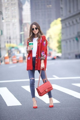 How to wear: red floral cardigan, white crew-neck t-shirt, navy ripped skinny jeans, red suede pumps